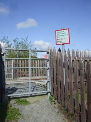 Gate where the footpath crosses the railway, Llanbadarn Fawr